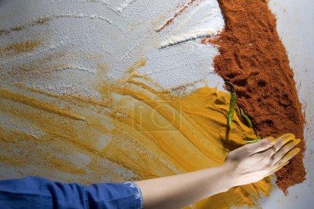 Photo pour Main de l'homme et le piment vert aux épices - image libre de droit