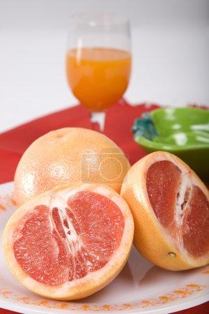 Photo pour Oranges tranchées avec jus - image libre de droit