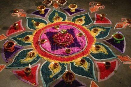 Photo pour Diya avec rangoli, c'est surtout utilisé dans le festival de diwali, Inde - image libre de droit