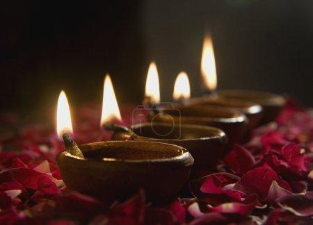 Photo pour Décoré diyas éclairé principalement utilisés dans le festival de diwali pour lumière - image libre de droit