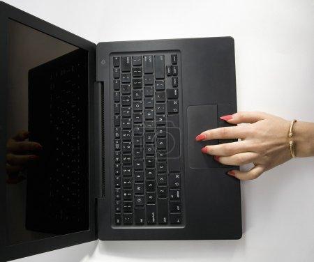 Photo pour Femme travaillant avec un ordinateur portable - image libre de droit