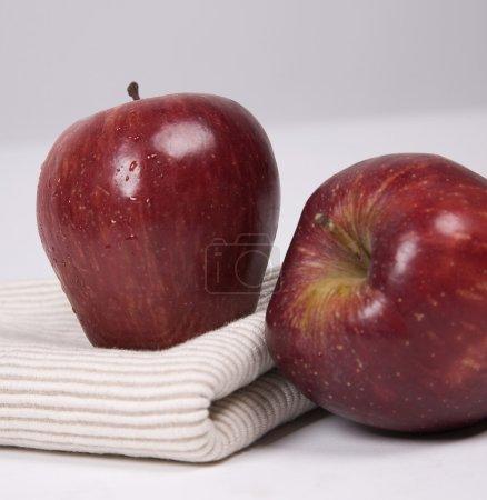 Photo pour Pommes rouges fraîches - image libre de droit