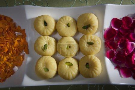 Photo pour Bonbons et pétales de fleurs pour la fête de diwali - image libre de droit