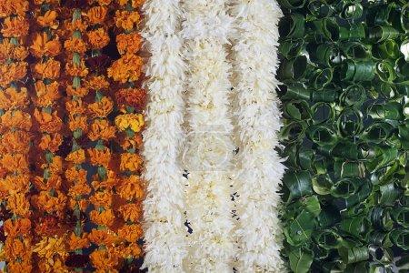 Photo pour Fleurs de différentes couleur symbolisant le drapeau indien - image libre de droit