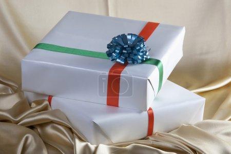Photo pour Cadeaux avec rubans colorés - image libre de droit