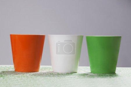Photo pour Peintures de différentes couleurs dans des verres symbolisant le drapeau indien - image libre de droit