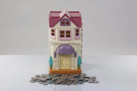Photo pour Maison de jouets et pièces - image libre de droit