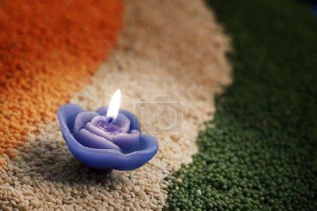 Photo pour Bougie au milieu de la couleur des impulsions symbolisant drapeau indien - image libre de droit