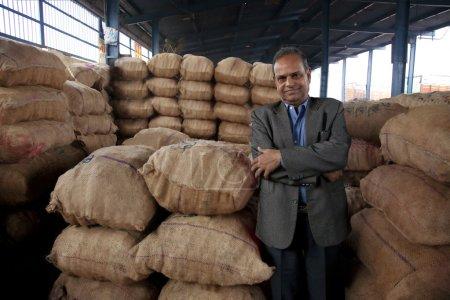 Photo pour Portrait d'un marchand d'aliments - image libre de droit