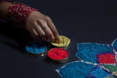 Photo pour Gros plan des rangoli et de la main de la femelle - image libre de droit