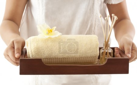 Photo pour Mains tenant un plateau avec des produits pour le bain en gros plan - image libre de droit