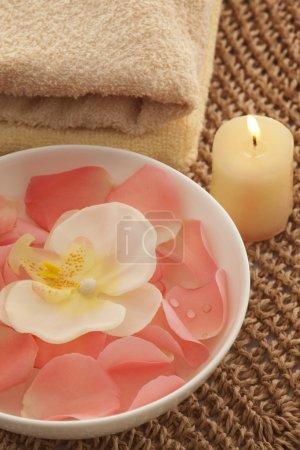 Photo pour Pétales de roses et d'orchidée dans un bol avec diffuseur reed - image libre de droit