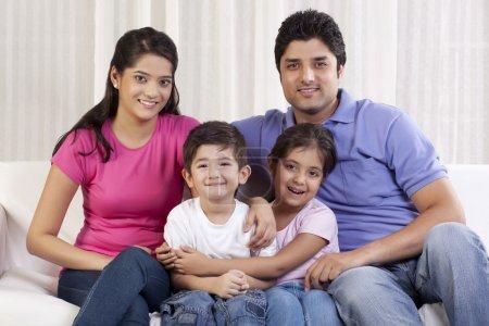 glueckliche familie sitzt auf sofa