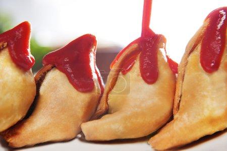 Photo pour Samosa, servi avec du ketchup de tomate en plaque, gros plan - image libre de droit