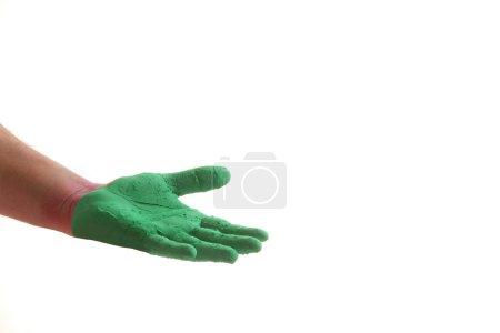 Photo pour Gros plan de la main avec de la peinture verte pendant le festival Holi sur fond blanc - image libre de droit