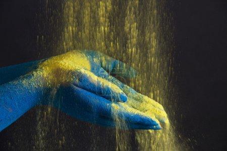 Photo pour Gros plan des mains de couleur bleue tenant de la peinture en poudre - image libre de droit