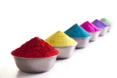 Photo pour Poudre de Holi colorée dans des conteneurs sur fond blanc - image libre de droit