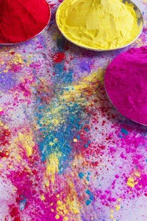 Photo pour Peinture en poudre multicolore répartie sur fond blanc - image libre de droit