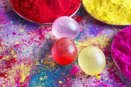 Photo pour Bombes à eau et poudre colorée pendant le festival Holi - image libre de droit
