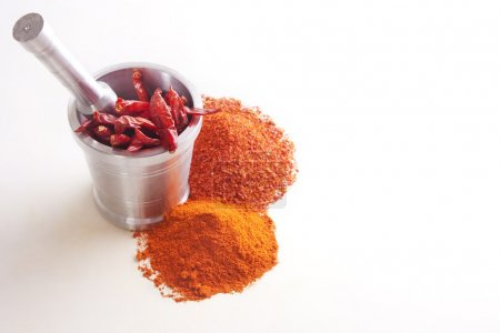 Photo pour Poudre de piment avec les piments dans un mortier sur fond blanc - image libre de droit