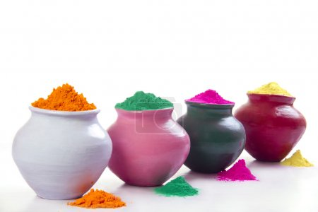 Photo pour Rangée de pots remplis de poudre Holi colorée sur fond blanc - image libre de droit
