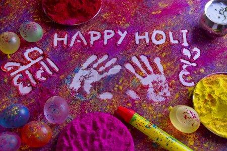 Photo pour Empreintes avec texte joyeux holi écrit le rangoli - image libre de droit
