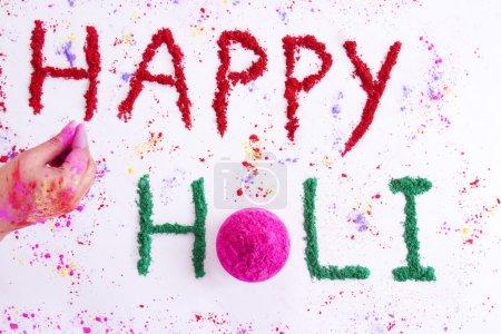Photo pour Texte Happy Holi écrit sur rangoli - image libre de droit