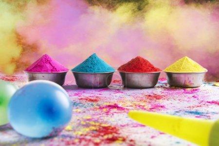 Photo pour Arcs de poudre Holi colorée disposés sur le sol - image libre de droit