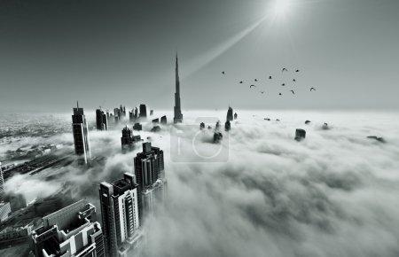 Photo pour DUBAI, EAU - 12 MAI : Burj khalifa, le plus haut bâtiment du monde, Downtown est recouvert de brouillard matinal le 12 mai 2013 à Dubaï, EAU - image libre de droit
