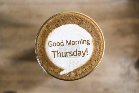 Photo pour Bonjour jeudi sur Café latte concept d'art - image libre de droit