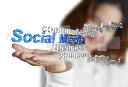 Photo pour Femme d'affaires main montre 3d médias sociaux comme concept - image libre de droit