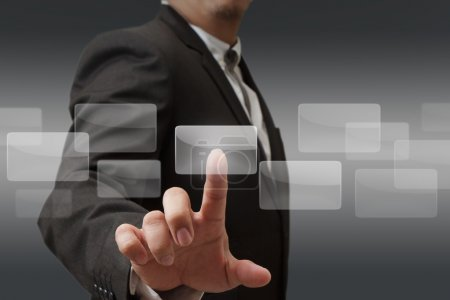 Photo pour Jeune homme d'affaires élégant toucher le bouton de l'interface virtuelle. pilier de lumière bleue transparente. intérieur de style bio future sur le fond. collection d'interfaces. - image libre de droit