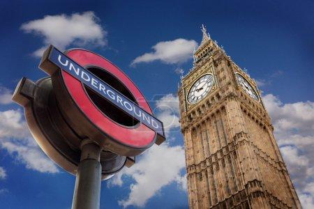 Photo pour Symboles de Londres à côté d'un ciel nuageux - image libre de droit