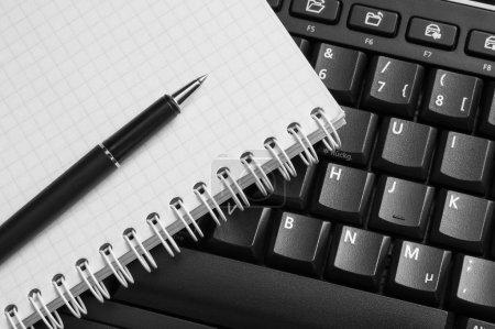 Photo pour Carnet et stylo sur le clavier noir. Gros plan . - image libre de droit
