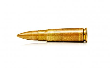 Photo pour 7.62x39mm vieilles balles de fusil d'assaut isolé sur fond blanc - image libre de droit