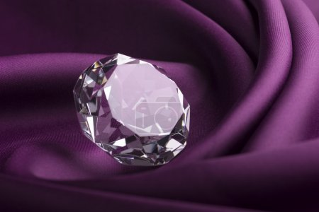 Photo pour Diamant translucide coûteux brillant sur tissu de soie pourpre - image libre de droit