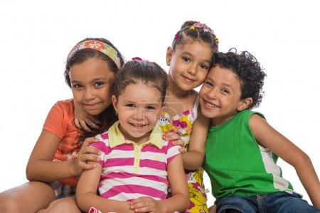 Photo pour Frères et sœurs heureux isolés sur fond blanc - image libre de droit