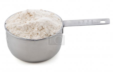 Photo pour Plaine ou farine tout usage, présenté dans une mesure de la Coupe du métal américain, isolée sur fond blanc - image libre de droit