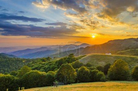 Photo pour Coucher de soleil majestueux dans le paysage montagneux.Macédoine - image libre de droit
