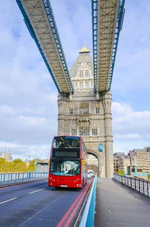 Photo pour Wide angle of the famoust Tower Bridge with a red double decker bus - image libre de droit