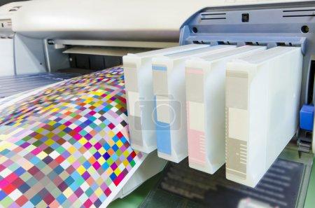 Photo pour Cartouche d'imprimante jet d'encre grand format avec rouleau de papier cible de gestion des couleurs - image libre de droit