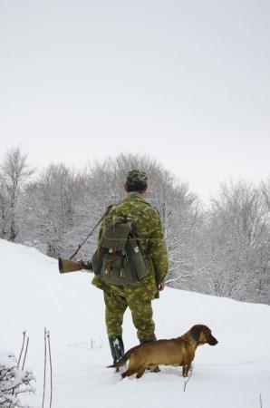 mâle chasseur à pied sur le champ de neige