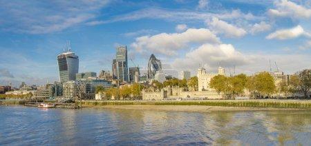 Photo pour Skyline de Londres, paysage urbain grand angle. - Image de stock. Londres, éclairée par le soleil par un après-midi d'automne lumineux . - image libre de droit