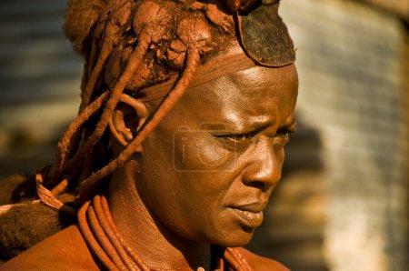 Photo pour Himba frau im norden namibia. die himbas leben im kaokoland, soupire un grent d'angola . - image libre de droit