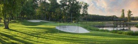 Photo pour Golf vert avec des pièges de sable blanc à côté de l'étang et pont en vue panoramique - image libre de droit