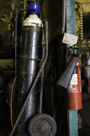 Gas cylinder and fire extinguisher