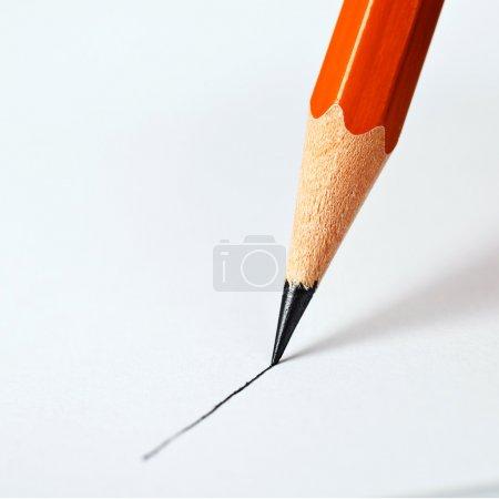 Photo pour Crayon trace une ligne droite sur un fond blanc - image libre de droit