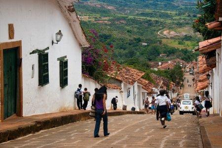 Photo pour Des écoliers parcourent les rues du village colonial de Barichara, Santander, Colombie - image libre de droit