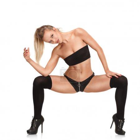 Photo pour Sexy jeune femme blonde dansant en boîte de nuit isolé sur fond blanc - image libre de droit