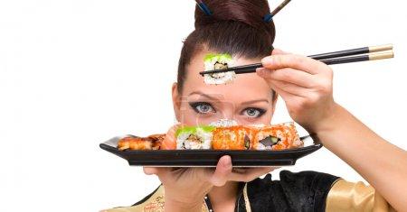 Photo pour Portrait de jeune femme avec sushi, isolé sur fond blanc avec fond de près - image libre de droit